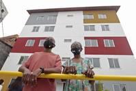 Governo entrega 21 unidades habitacionais e uma praça em comunidade do Costa Azul, na capital