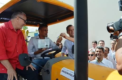 Josias Gomes entrega em Brejinho das Ametistas trator para apoiar trabalho dos agricultores familiares