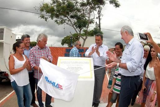 Em Alagoinhas, governador entrega pavimenta��o da BA-504 e assina conv�nios beneficiando os agricultores familiares